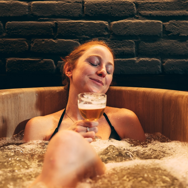relax_with_beer_in_bath_1person